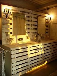 Salle De Bain En Bois : des palettes en bois et de la cr ativit ~ Teatrodelosmanantiales.com Idées de Décoration