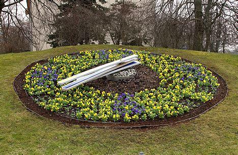 Ventspilī uzplaukst pirmās puķes, pilsētu pamazām padarot ...