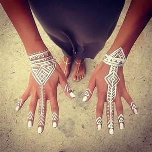 Weißes Henna Tattoo : henna muster auf 59 handgemachten kunstwerken ~ Frokenaadalensverden.com Haus und Dekorationen