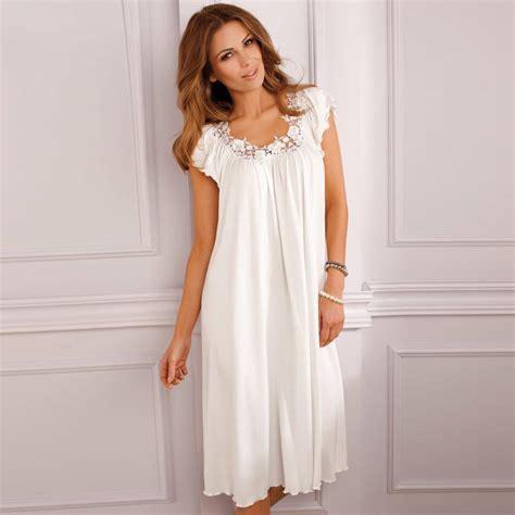 robe de chambre courte femme comment choisir une chemise de nuit féminine robe de