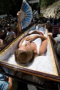 Una Mujer En Un Ata U00fad  En La Romer U00eda De Los Cadaleitos De Santa Marta De Ribarteme