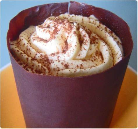 mousse mascarpone en coque chocolat 233 e sur moelleux au chocolat et cerises au sirop chefnini