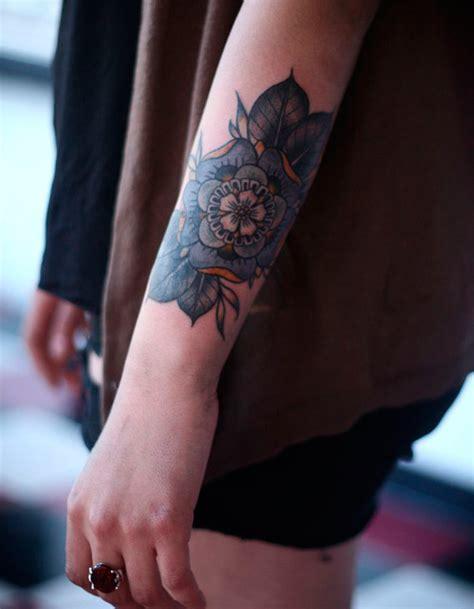 tatouage fleur sur lavant bras  tatouages fleuris qui