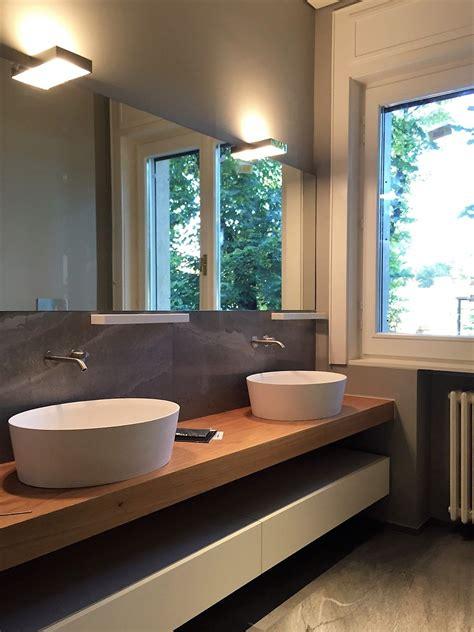 bagni in corian bagno con piano in legno e doppio lavabo in corian