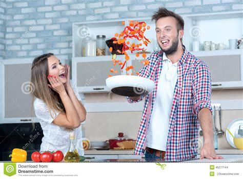 grand amusement sur la cuisine le couple dans l amour fait