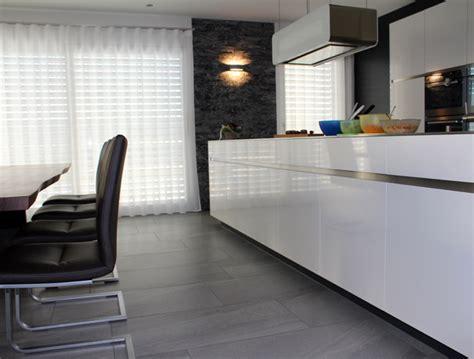 Küche Mit Grossen Fliesen Am Boden Und Naturstein