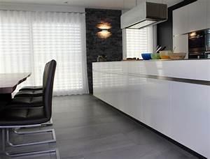 Fliesen Küche Boden : k che mit grossen fliesen am boden und naturstein wandverblender ~ Markanthonyermac.com Haus und Dekorationen
