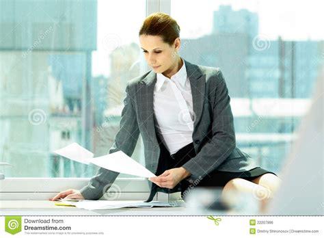dans le bureau fonctionner dans le bureau image libre de droits image