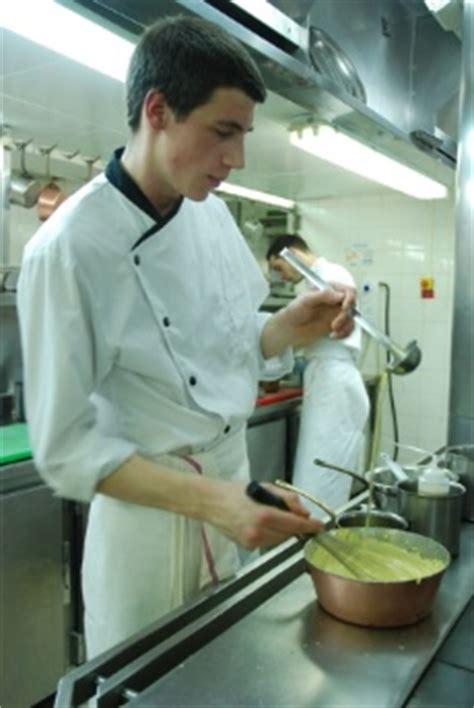 commis cuisine une journée avec lucas marini commis de cuisine au