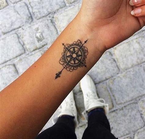 joli modele tatouage rose des vents avec fleur de lys
