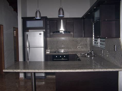 cocina empotrada moderna color wengue tope en granito