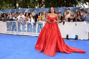 rihanna pour valerian sa robe rouge sous les projecteurs With rihanna robe rouge