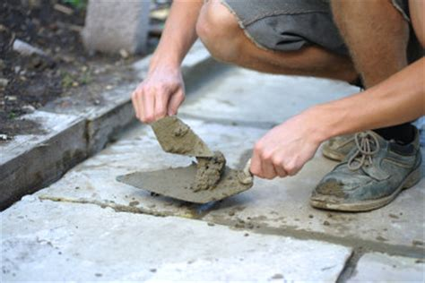 wo terrassenplatten schneiden lassen betonplatten verlegen als gartenweg
