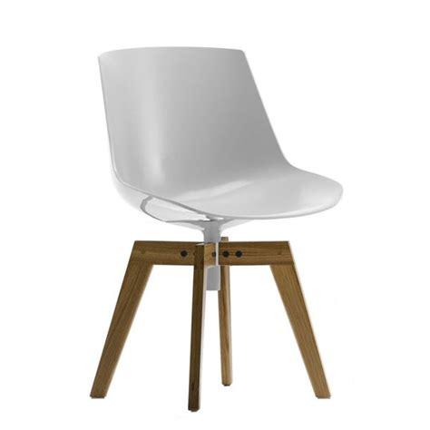 chaise coque blanche la chaise flow pieds en chene et coque blanche mdf