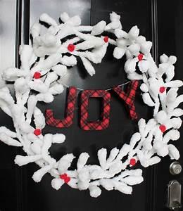 25 best diy christmas joy signs With joy wreath letters