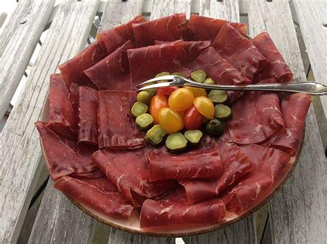 Rezept Fuer Gepoekeltes Rindfleisch Mit Gemuese Und Meerrettichcreme by B 252 Ndnerfleischplatte Mit Gem 252 Se Rezept Gutekueche Ch
