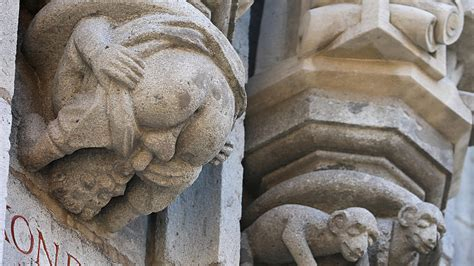 rathaus  koeln obszoene figur zeigt nackten hintern warum