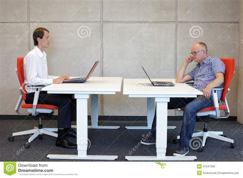 position bureau position assise correcte et mauvaise au bureau photo stock image 47547300