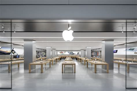 Thieves Storm Apple Retail Store And Walk Off With ,000