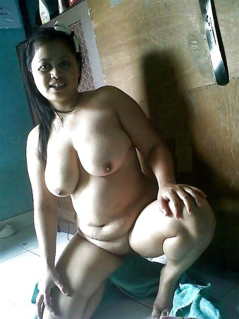 indonesian babe with awesome boobs 3 pics