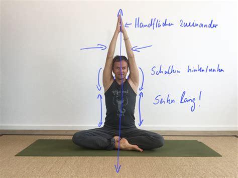 yoga uebungen fuer schultern und nacken gegen verspannung