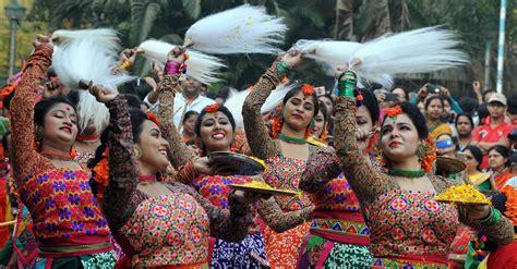 indian color festival holi 2018 revellers across india celebrate the festival
