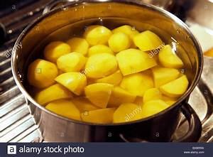 Kartoffeln Zum Einkellern Kaufen : rohen kartoffeln gesch lt in topf mit wasser zum kochen ~ Lizthompson.info Haus und Dekorationen