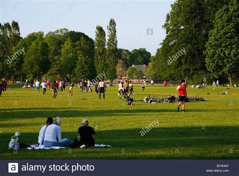 Englischer Garten München Fussball by Im Garten Stockfotos Im Garten Bilder Alamy