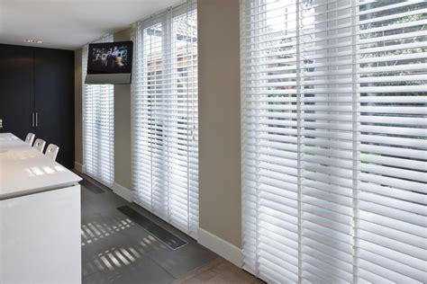 gordijnen en jaloezieen keuken met shutters jaloezie 235 n vouwgordijnen en