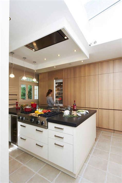 decor de cuisine cuisine minimaliste ilot central polyvalent mur de