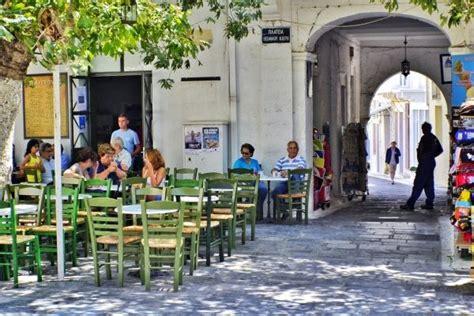Ξεκινώντας από το 1999 και φτάνοντας στο σήμερα αποκομίζοντας. Coffee shops in Chora Andros island - Greeka.com   Greece ...