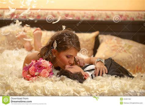 cuscino di piume la sposa e lo sposo giocano con la lotta di cuscino