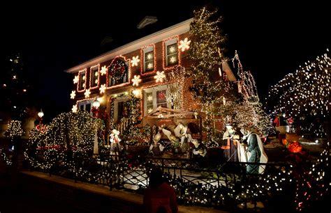 una vista delle decorazioni natalizie allesterno  una