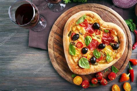 pizza en forma de corazon foto de stock  belchonock