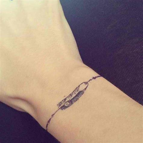 tatouage bracelet avec prenom poignet femme tatouage