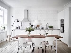 1001 conseils et idees pour la deco cuisine scandinave for Deco cuisine avec table a manger bois et blanc