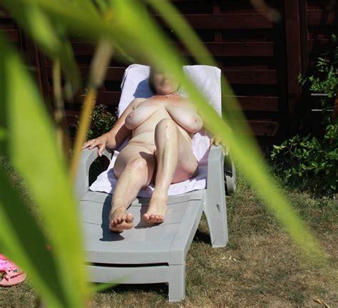 Im nachbarin garten erwischt nackt Fette Nachbarin