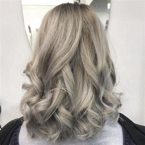 schwarze haare grau färben frisuren silberblond mittellange haare