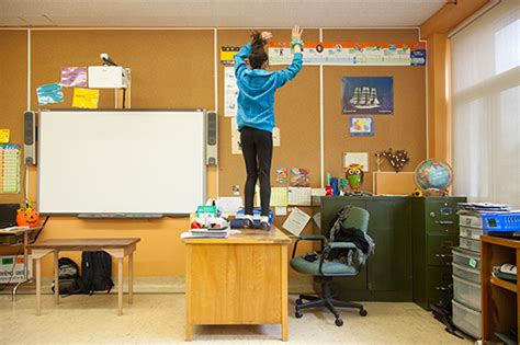 sur le bureau souvenir d écolier danser sur le bureau du professeur
