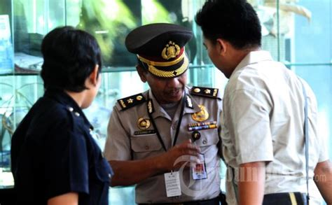 kpk periksa purnawirawan dan perwira polri terkait kasus