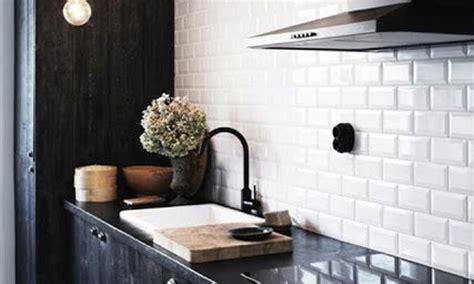 faience grise cuisine dans la cuisine la crédence fait la différence