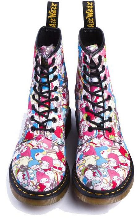 soooo hot    kitty dr martens geekologie