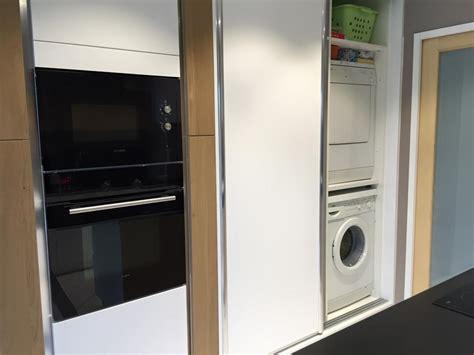 machine a laver dans la cuisine buanderie cachée