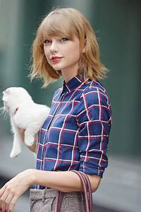 Taylor Swift Leaving Her Apartment in NYC With Her Cat ...