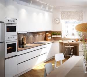 wandgestaltung küche bilder weiße einbauküche und essbereich im natürlichen look roomido
