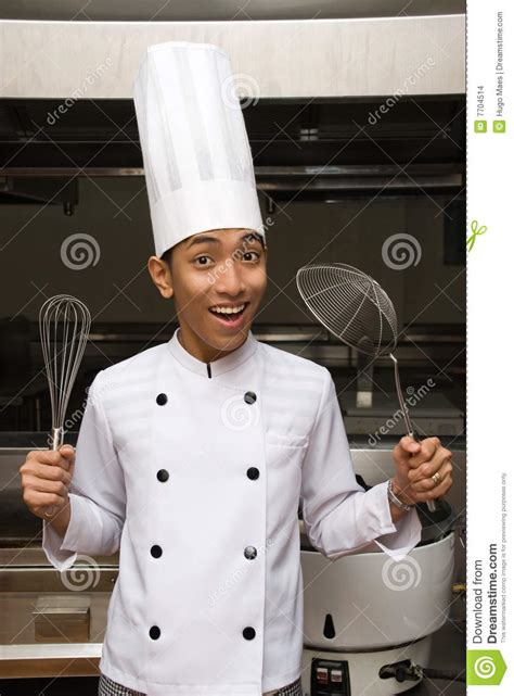 ustensile chinois cuisine chef chinois affichant des ustensiles images stock image