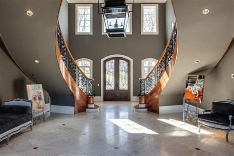 Kelly Clarkson's Home in Tennessee that She's Selling for