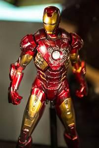 New Photos of Hot Toys Battle-Damaged Iron Man Mark VII ...