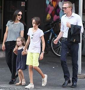 Jennifer Connelly and Paul Bettany hold hands with ...