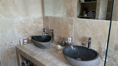 creation dune salle de bain en travertin de    youtube